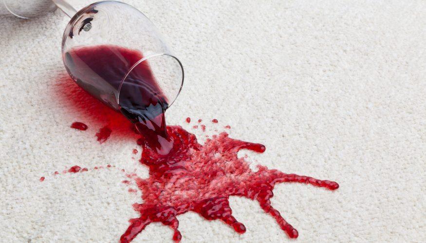 Alkoholflecken entfernen – 9 Tipps