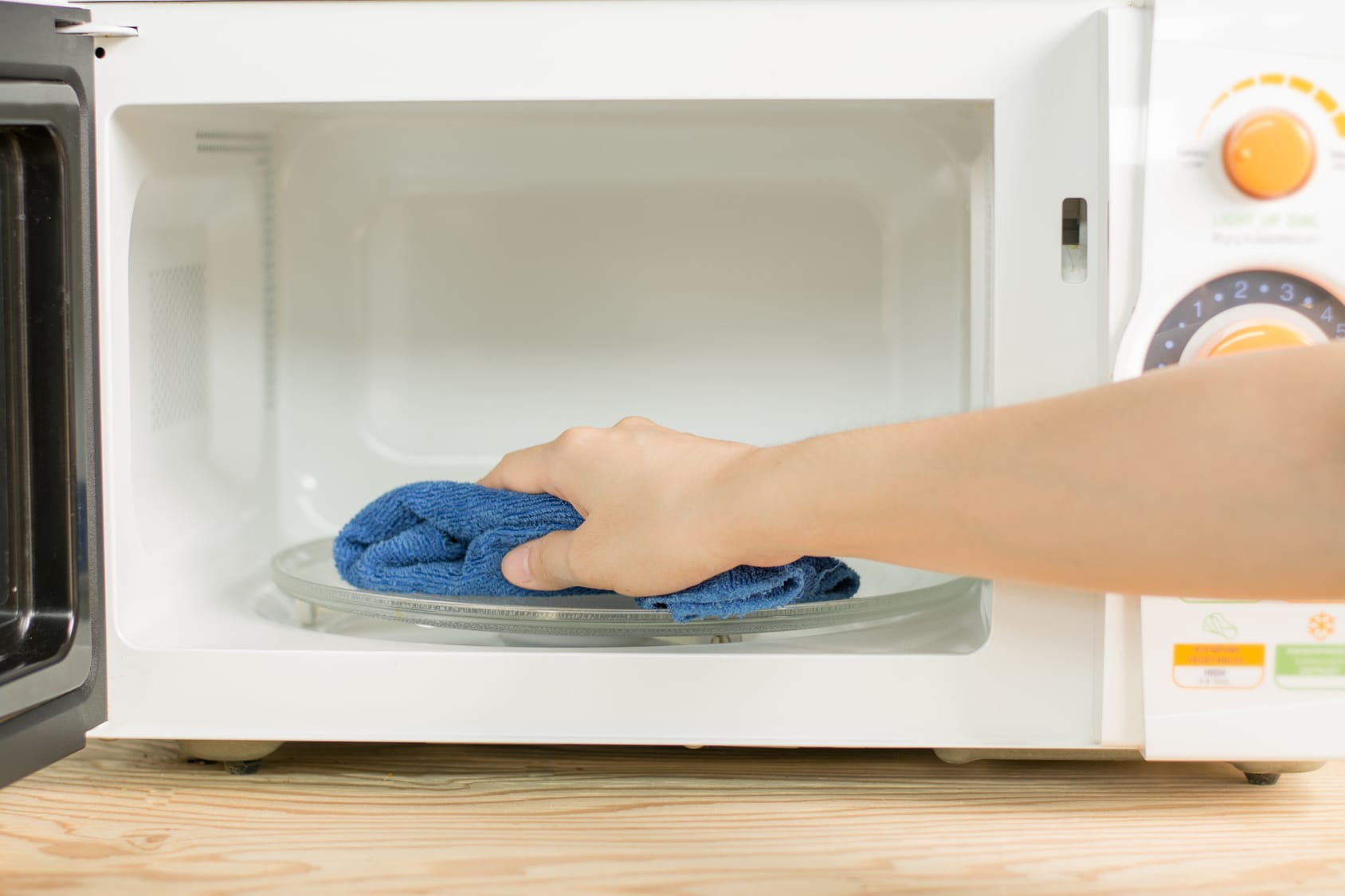 mikrowelle reinigen so klappt 39 s. Black Bedroom Furniture Sets. Home Design Ideas