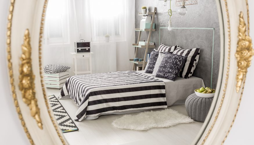 spiegel im schlafzimmer aufh ngen tipps ideen f r. Black Bedroom Furniture Sets. Home Design Ideas