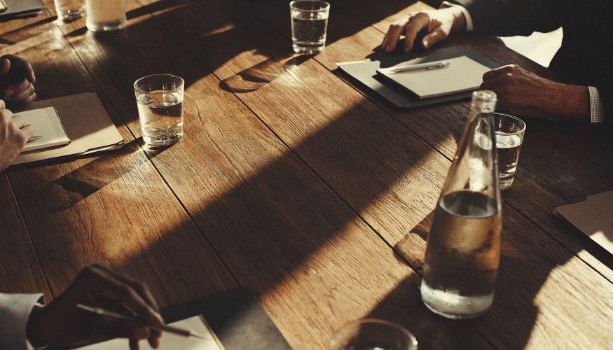 Wasserringe auf dem Holztisch entfernen