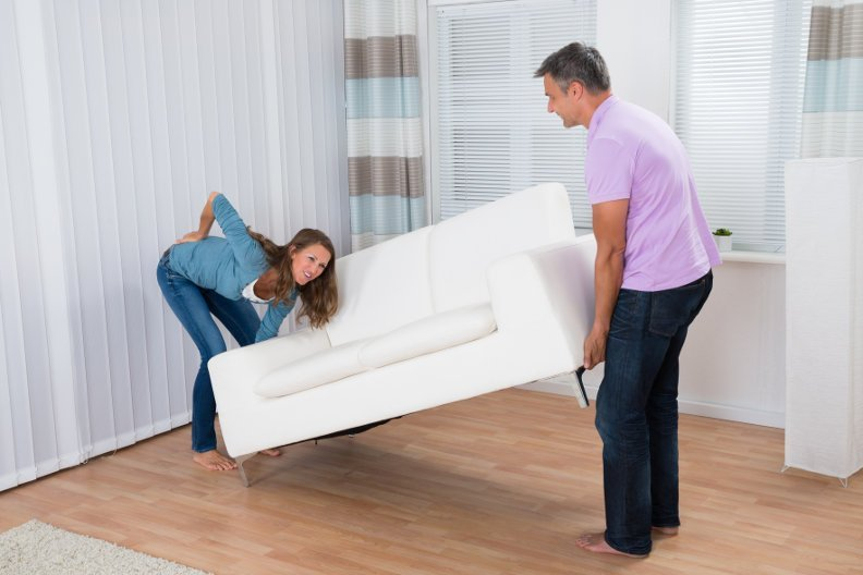 Rückenschonende Hausarbeit – So beugen Sie Rückenschmerzen vor