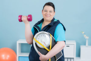 adipöse Frau will mit Sport abnehmen