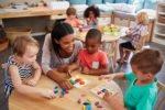 Kinder spielen im Kindergarten im bauklötzen