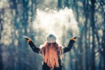 frau wirft schnee in die luft