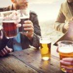 Freunde trinken zusammen bier