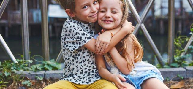 Geschwisterliebe: Mit diesen Tipps stärken Sie die Beziehung zwischen Geschwistern