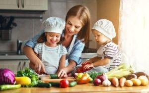 Mutter kocht mit Kindern gesund