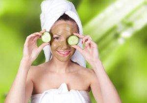 Frau mit Maske und Gurkenscheiben