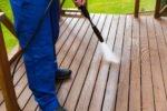Mit Wasserstrahl die Terrasse reinigen