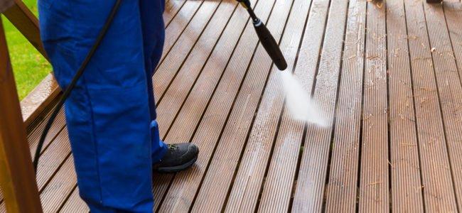 Holzterrasse reinigen: So geben Sie Ihrer Terrasse wieder neuen Glanz