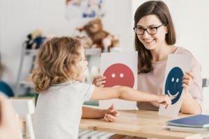 Mutter übt mit Kind für eine gute Kindesentwicklung