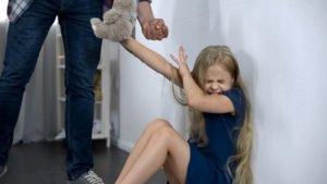 kleinem Mädchen wird mit der Faust gedroht