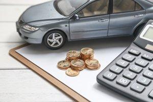 Auto mit Münzen und Taschenrechner