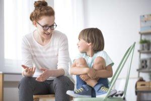 Kind lernt Regeln durch sprechen mit der Mutter