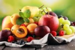 Sommerfrüchte auf einem Tuch