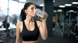 Frau trinkt Proteinshake