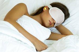 Frau mit Schlafmaske und Ohrstöpseln