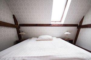 Bett in einem hellen Raum mit Dachschräge