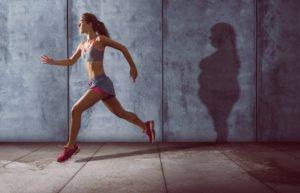 frau macht sport, schatten zeigt korpulentere frau