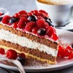 Stück Torte mit Waldbeeren