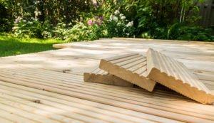 Terrasse aus Holz ohne Möbel