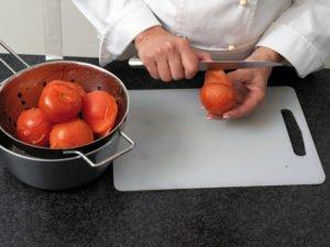 Tomate mit dem Meser schälen
