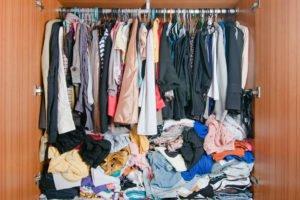 Chaotischer Kleiderschrank