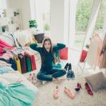 Frau inmitten eines Chaos-Zimmers