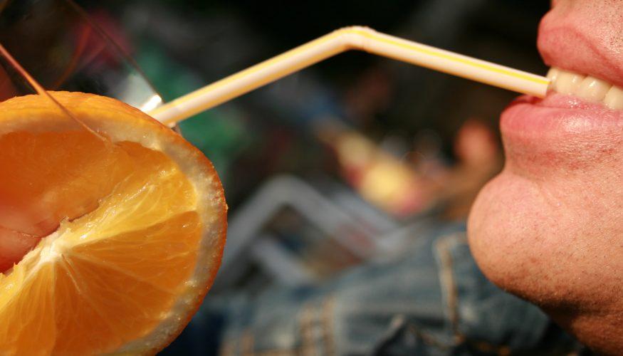 Alkohol mit Strohhalm trinken – Schneller betrunken?