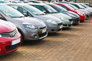 Autos eines Gebrauchtwagenhändlers