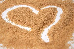 Amaranth Samen mit einem Herz in der Mitte