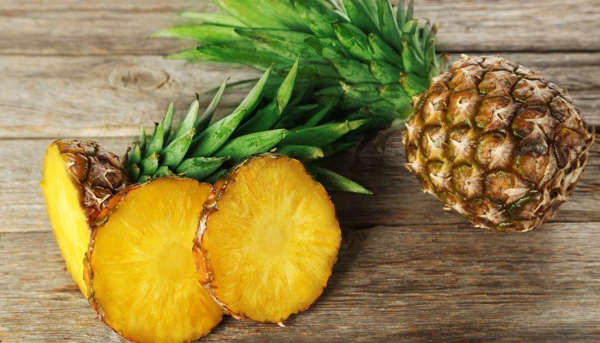 Ananas auf Reife prüfen