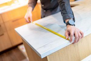 eine kuechenarbeitsplatte ausmessen