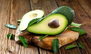 Avocado auf einem Holzbrett angerichtet