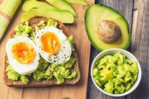 Avocadobrot mit aufgeschnittenem Ei.