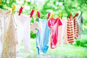 babykleidung auf einer waescheleine