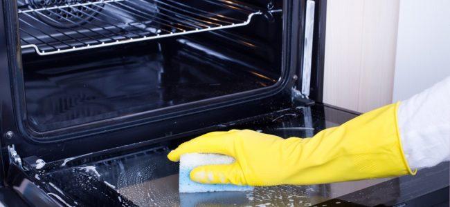 Backofentür reinigen: Eingebranntes und Fett von der Backofenscheibe entfernen