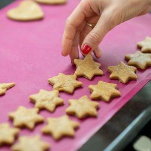 rohe kekse auf silikonbackmatte