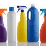 Mehrere Flaschen für Reinigungsmittel