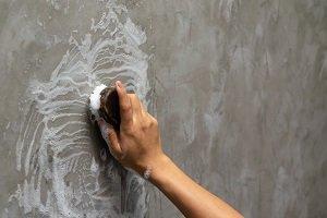 Reinigung einer Betonwand.