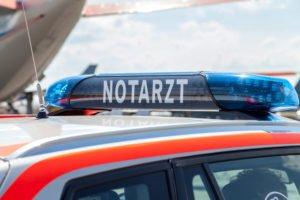 Blaulichtbalken auf einem Notarzteinsatzfahrzeug