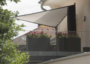 blumenkaesten auf einem balkon