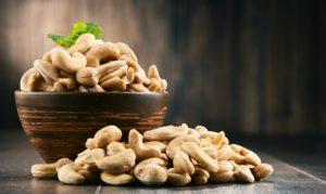 eine schuessel mit cashewkernen