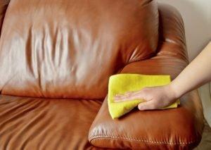 Ledercouch wird mit Tuch gereinigt