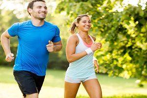 Zwei Sportliche personen joggen gemeinsam