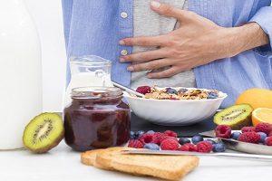 Verschiedene gesunde Lebensmittel stehen auf einem Tisch
