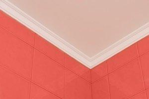 Rote Fliesen an der Wand.