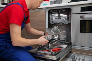 handwerker repariert die spuelmaschine