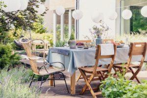 Dekorierter Tisch in einem Garten