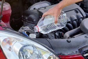 destilliertes wasser in den scheibenwischwassertanks eines autos einfuellen
